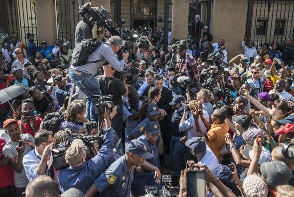Afuera ya lo esperaba una multitud de periodistas para recoger las prime...