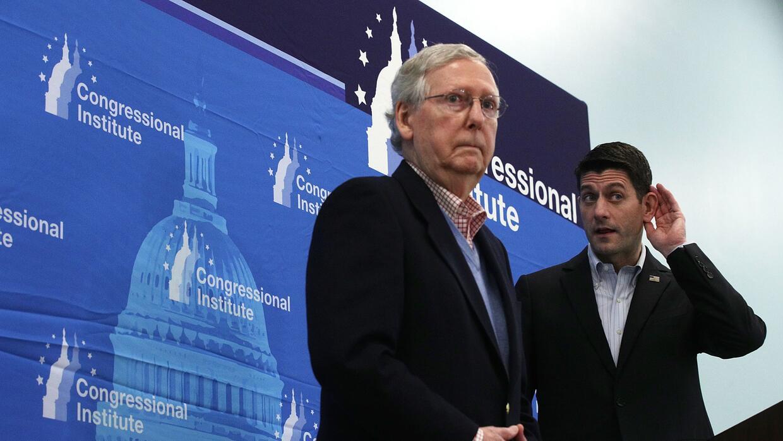 Los líderes republicanos del Congreso, el senado Mttch McConnell y el re...
