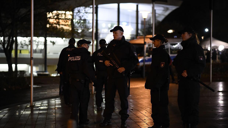 Las fuerzas especiales resguardan el estadio en Hanover tras una amenaza.
