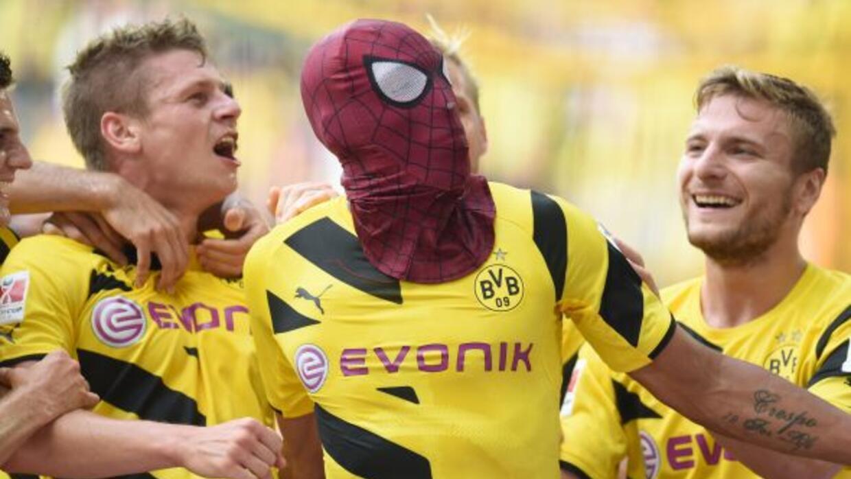 Pierre-Emerick Aubameyang festejó el segundo tanto del Dortmund con una...