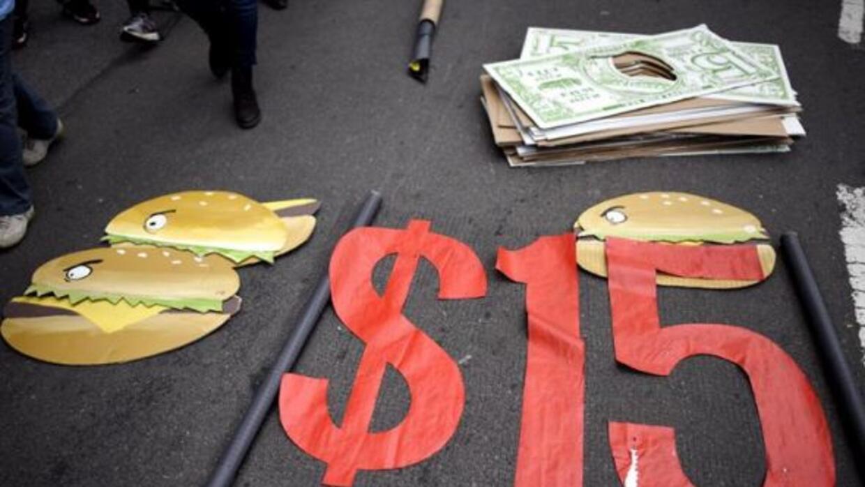 El objetivo de las protestas es reclamar un salario mínimo de 15 dólares...