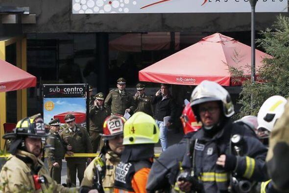Policías y bomberos atienden la emergencia generada por una explosión en...