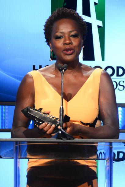 Viola Davis le entregó el premio a Gyllenhaal.Mira aquí los videos más c...