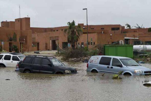 El huracán, que el domingo alcanzó la categoría IV de un total de cinco...