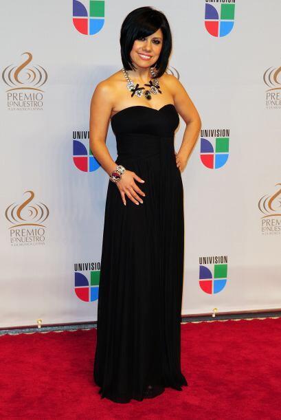 La cantante Luz Ríos dejó sus hombres al descubierto y resaltó su collar.