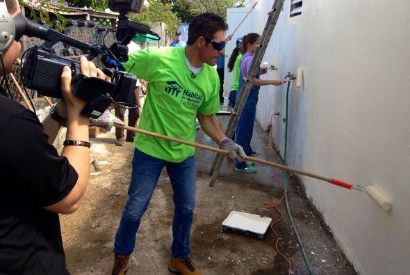 Aquí vemos a Johnny Lozada como un verdadero handyman en su natal Puerto...