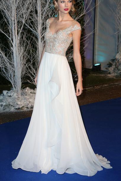 Taylor acentúa perfecto su cintura, además de ojos y boca con maquillaje...
