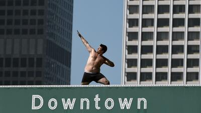 El hombre semidesnudo que paró el tráfico al subirse a una señal de una autopista en Los Ángeles