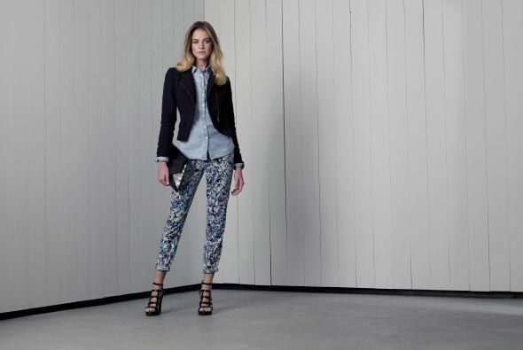 6. Blusa de manga larga azul claro de Merona $22.99Chaqueta negra de Mos...