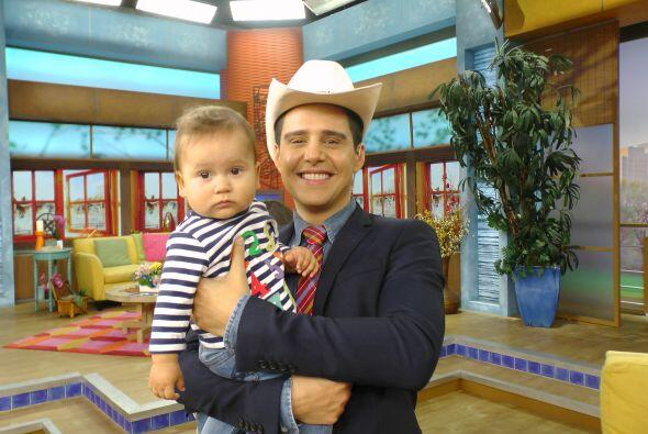 Alejandro Chabán estaba feliz, jugando con su guapo sobrino.