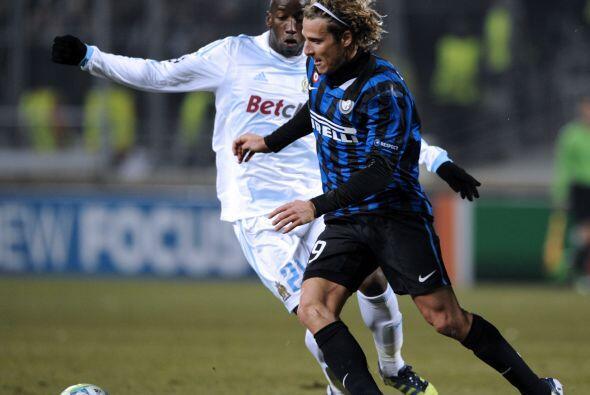 El atacante uruguayo Diego Forlán resultó el mayor peligro para los inte...