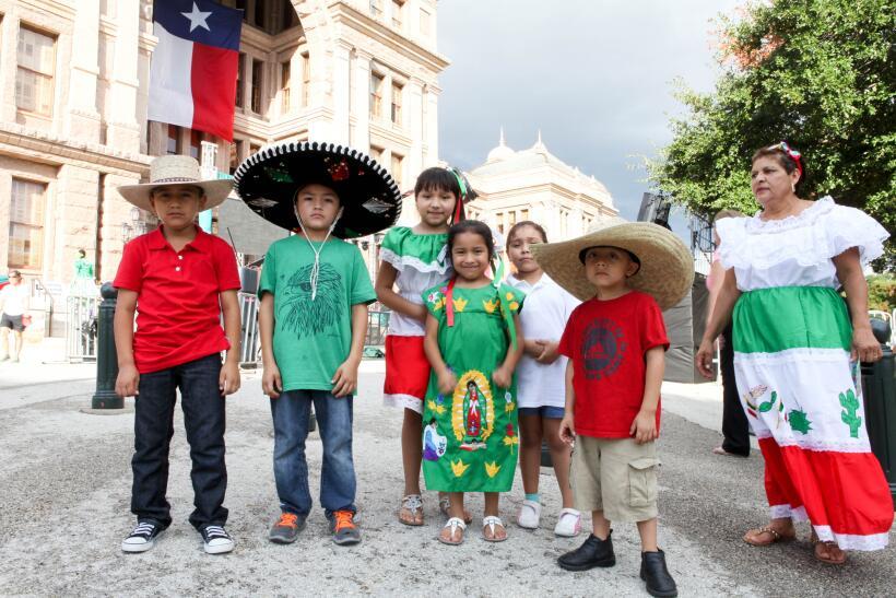 El equipo de Univision dio El Grito con mariachi y grandes espect&aacute...