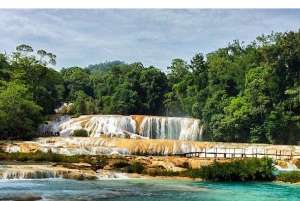 Estas cascadas blanquiazules tienen su color por las sales de carbonatos...