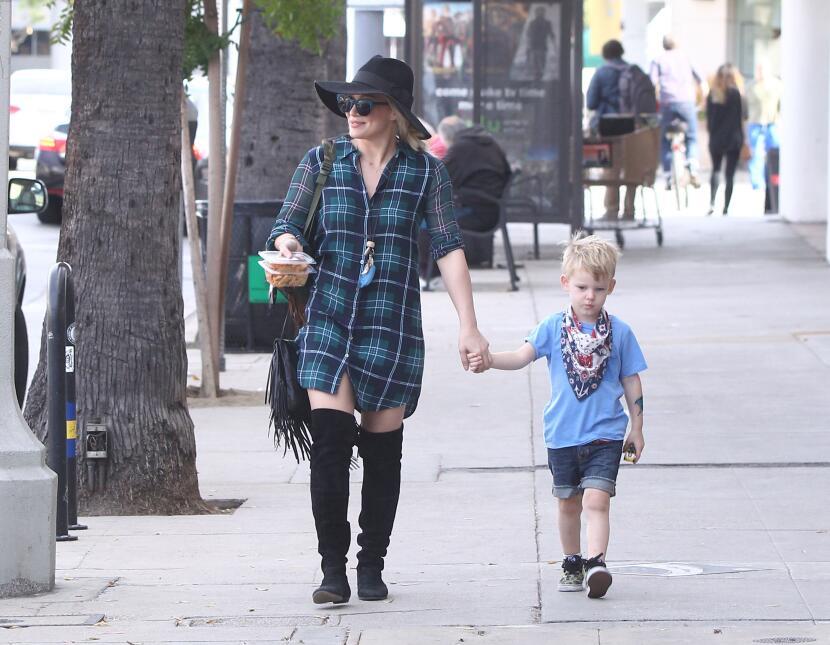 Ella se veía feliz portando la comida de su pequeño hijo.