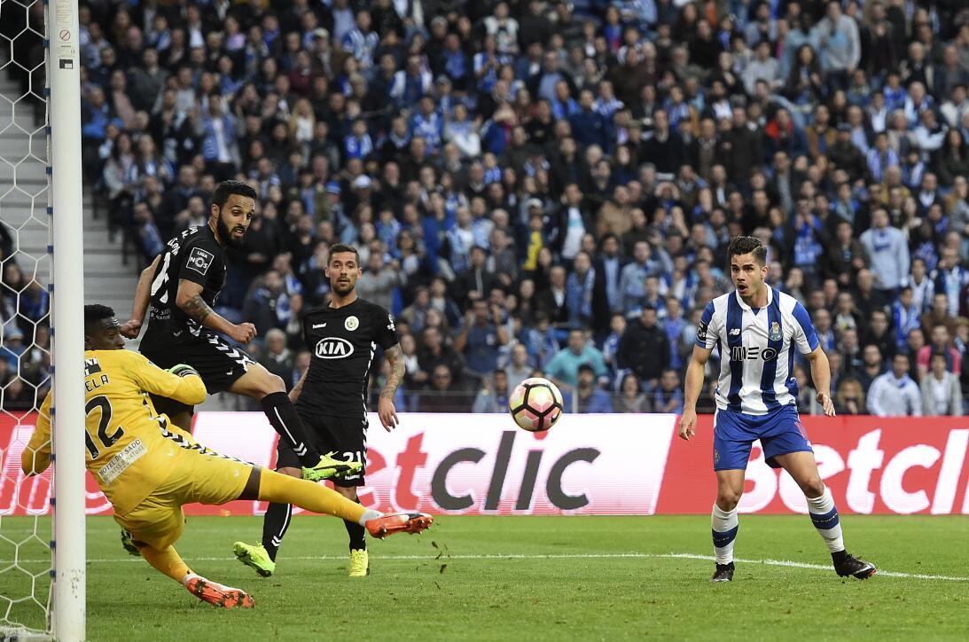 'Tecatito' Corona se disfrazó de Van Basten en el empate del Porto Nuno...