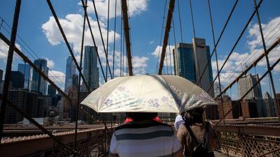 Habitantes de Nueva York luchan contra las altas temperaturas que llegan tras días de lluvias e inundaciones