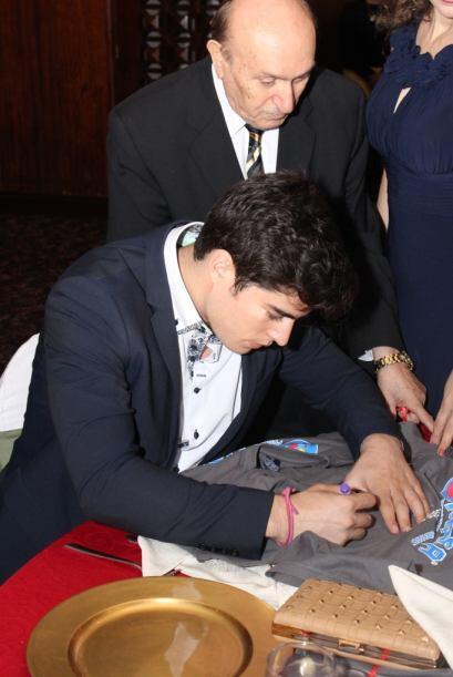 Aquí vemos que hasta le pidieron varios autógrafos. Cortesía: Nicolas Fr...