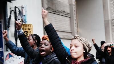 Estudiantes de Nueva York abandonan sus clases y manifiestan su oposición al veto de Trump