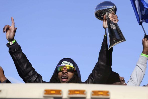 El esquinero Richard Sherman levantando el Vince Lombardi (AP-NFL).