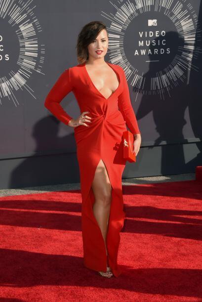 ¡Oh por Dios! Demi Lovato casi logra que nos infartemos con ese escote,...