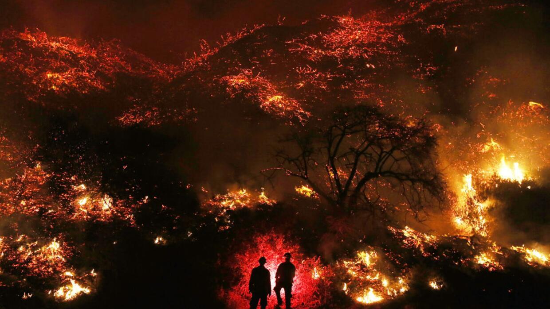 Dos bomberos frente al megaincendio de Ventura, al sur de California y a...