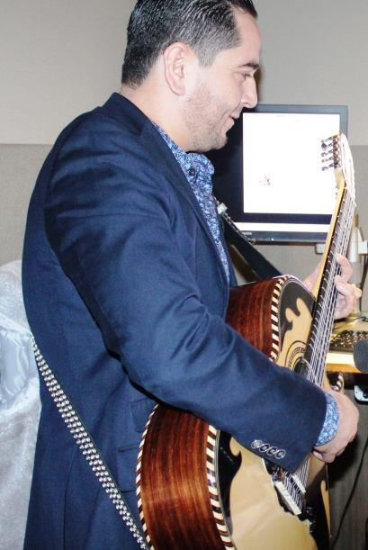 Hasta a su guitarrista se trajo Noel.