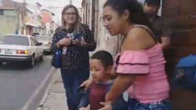 Niño guatemalteco ya duerme con sus padres después de pasar cinco meses en un centro de menores
