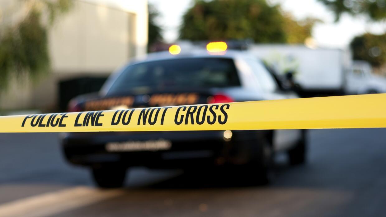 Una patrulla policiaca en la escena del crimen.