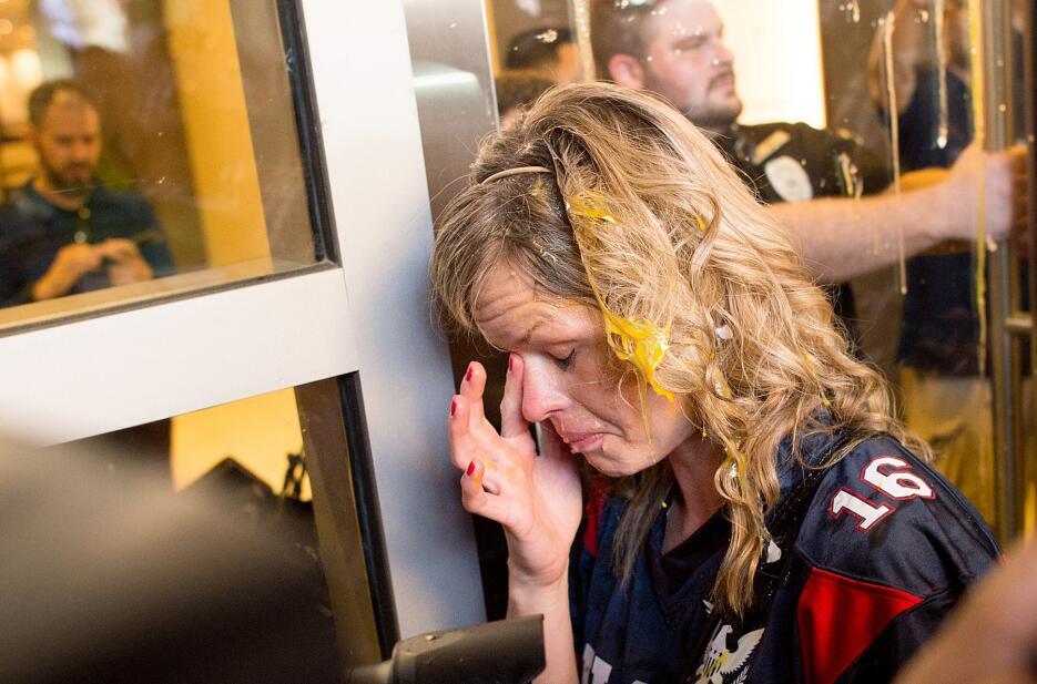 Una partidaria de Trump fue atacada con huevos tras encarar a manifestantes