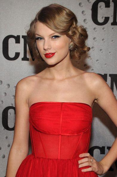 Taylor Swift no podría lograr su elegante 'look' mujer letal de los 50's...