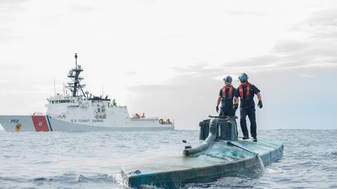 Un buque de la Guardia Costera detectó una nave semisumergible en...