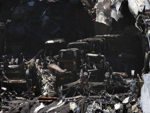 Cuadrillas trabajaron en recoger los restos del avión siniestrado...