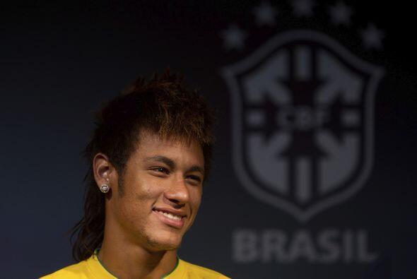 Neymar, de 19 años, desfiló con la camiseta amarilla.