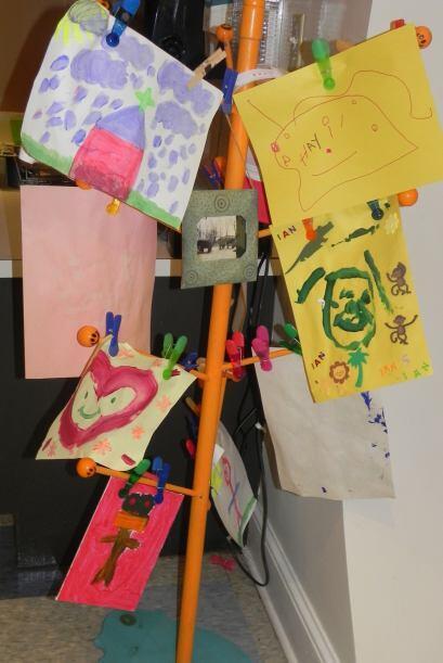 Ell área de artes manuales se embellece con el trabajo de los niños.  Co...