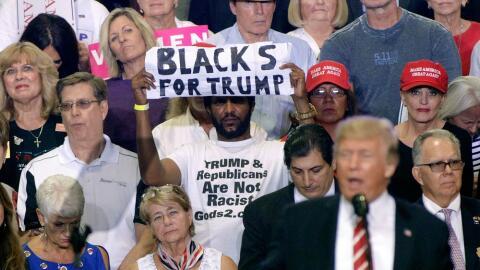 'Michael, el hombre negro', con su cartel a favor del presidente...