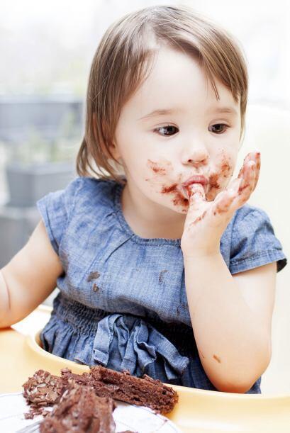 Déjalo comer solo, no importa que se manche. Aunque los padres sobreprot...