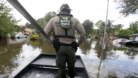 El agente de Patrulla Fronteriza, Steven Blackburn, en la proa de un bot...