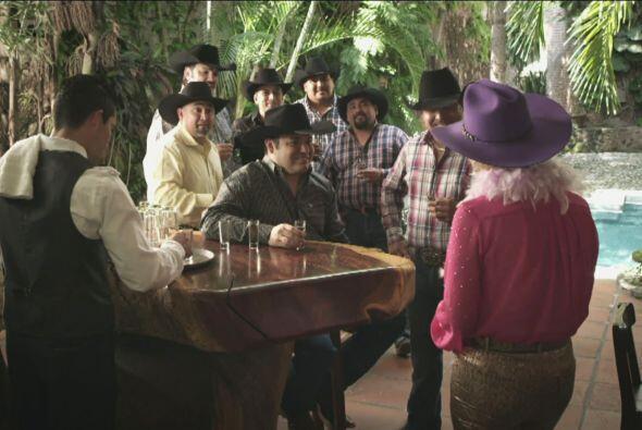 Por otro lado, Doña Olegaria agradecía al Grupo Intocable por haber acep...