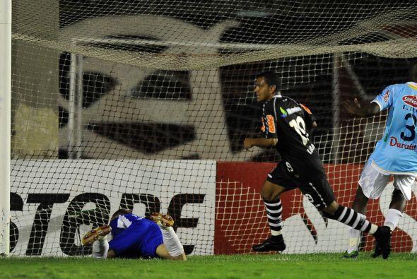 El que grita el gol es Leandro Azevedo del Vasco da Gama en el partido q...