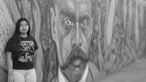 Marisabel Perez, de 17 años, frente a un mural de Emiliano Zapata...