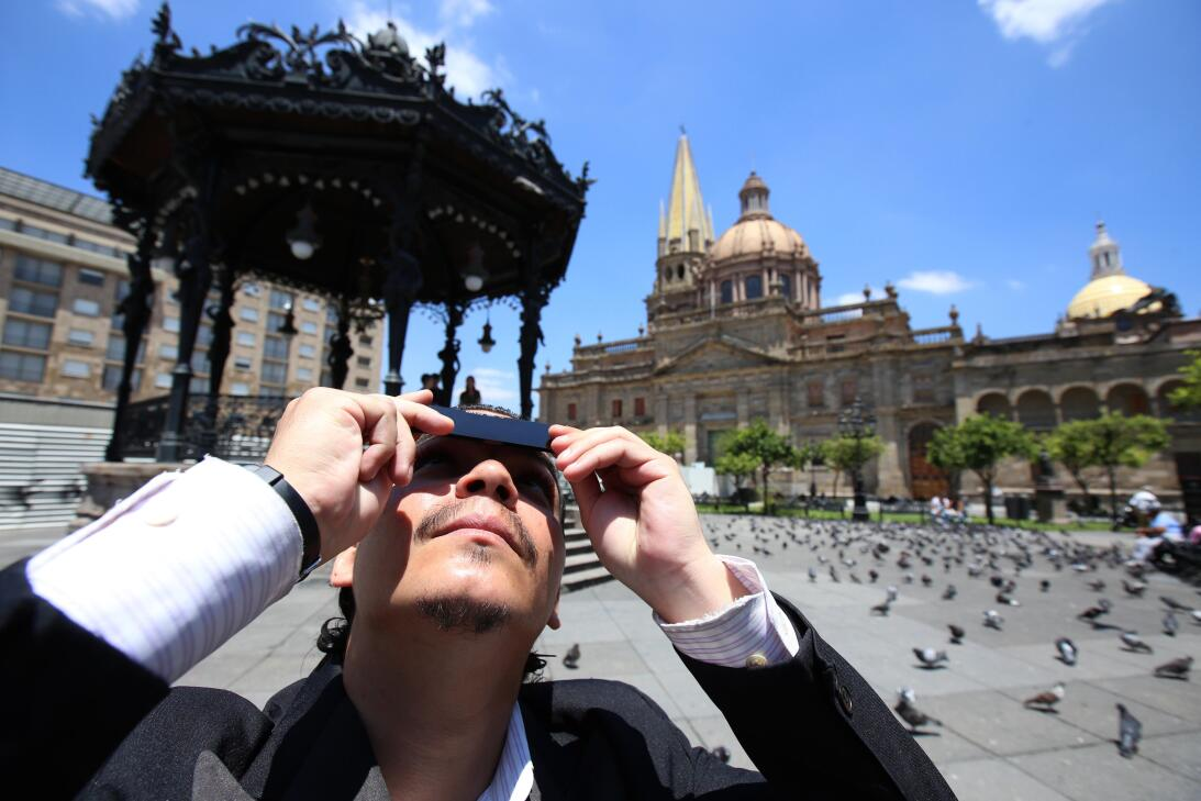 MEX17. GUADALAJARA (MÉXICO), 21/08/2017.- Decenas de personas observan e...
