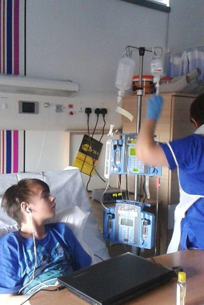 Kieran sobrevivió al cáncer, siguió con su vida y terminó la escuela.