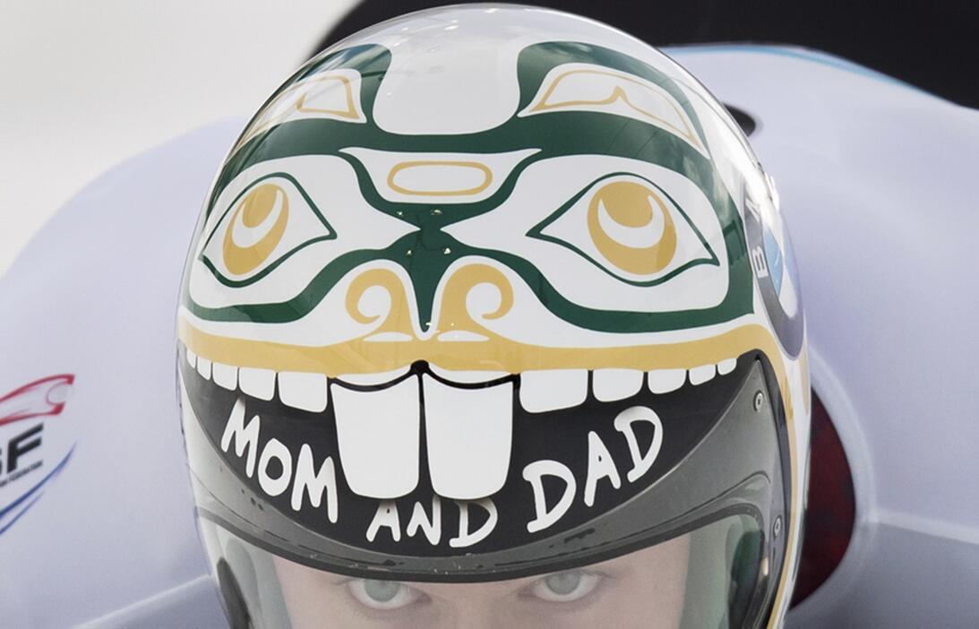 Espectaculares cascos en la Copa Mundo de skeleton en Canadá AP_16338707...
