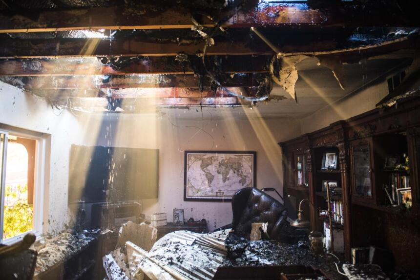La luz del sol se cuela a través del techo de una vivienda de Anaheim Hi...