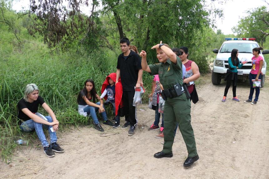 Miles de centroamericanos están enviando a sus hijos solos o viajando fa...