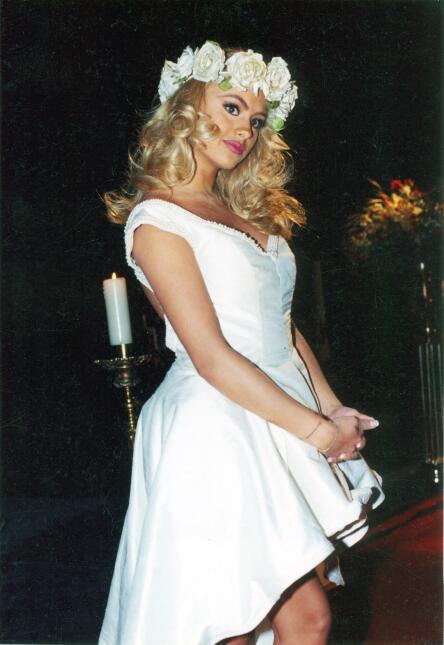 Aquí vemos a Paulina Rubio vestida de novia en 1997 para uno de sus vide...