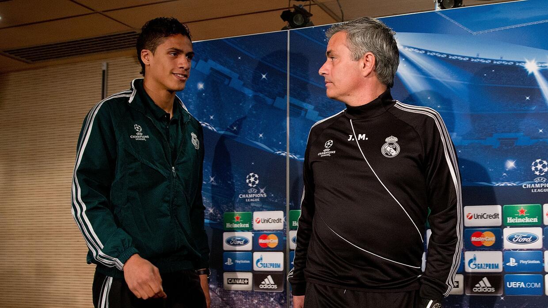 Raphael Varane en una conferencia de prensa con José Mourinho.