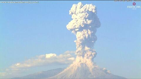 En video: el volcán Colima emite una nube de cenizas de más de 130,000 pies