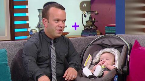 Carlitos 'el productor' trajo a su bebé al show para celebrar el día de...