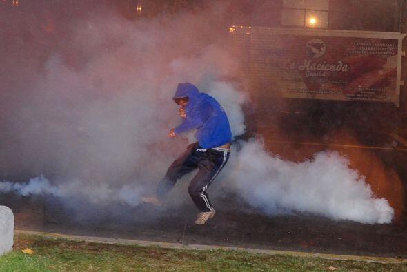 La policía hizo uso de bombas lacrimógenas y carros hidrantes para dispe...